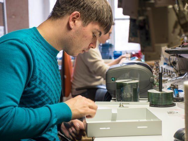 Инженер Антон Занозил на сборочной линии оборудования SIGUR