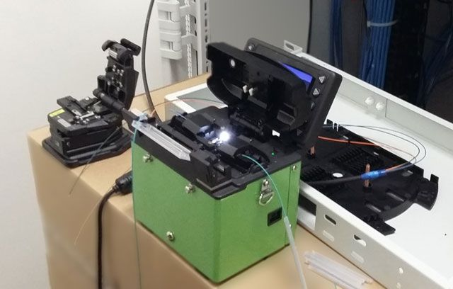 Сварка оптоволоконного кабеля в процессе строительства линии передачи данных к центральному посту управления системой